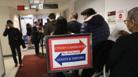 """Administración Trump empieza a aplicar la norma de inmigración de """"carga pública"""""""