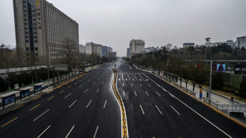 Una carretera mucho menos concurrida de lo habitual el 24 de febrero de 2020 en Beijing, China. (Kevin Frayer/Getty Images)