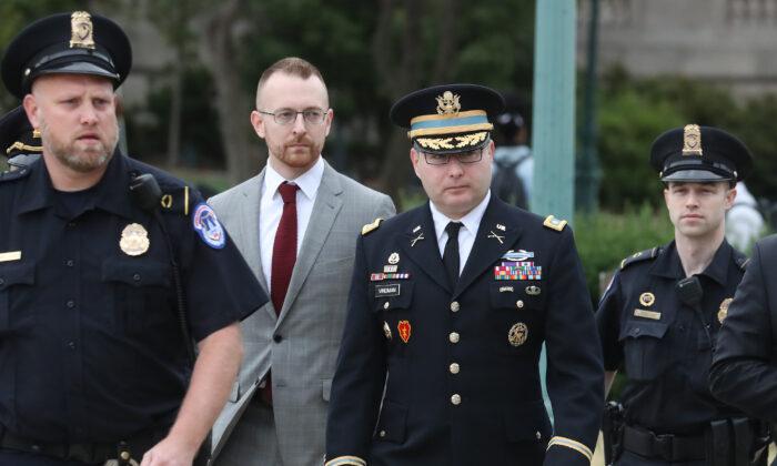 El teniente coronel Alexander Vindman, director de Asuntos Europeos del Consejo de Seguridad Nacional, llega al Capitolio de EE.UU. en Washington el 29 de octubre de 2019. (Mark Wilson/Getty Images)