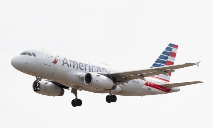 Un Airbus 319 operado por American Airlines se aproxima para aterrizar en el Aeropuerto Internacional de Baltimore Washington cerca de Baltimore, Md. (EE.UU.) el 11 de marzo de 2019. (Jim Watson/AFP vía Getty Images)