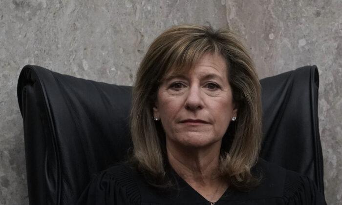 Jueza de Distrito de EE.UU. Amy Berman Jackson escucha durante la ceremonia de investidura del Juez de Distrito de EE.UU. Trevor N. McFadden en el Tribunal de Distrito de EE.UU. en Washington el 13 de abril de 2018. (Alex Wong/Getty Images)