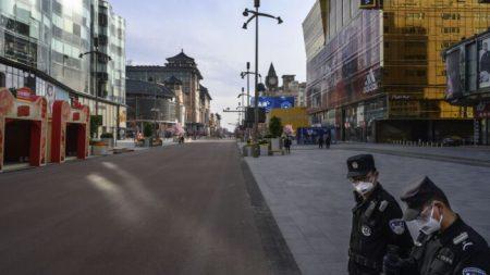 Policía obliga a las empresas a reanudar operaciones en medio del temor por coronavirus