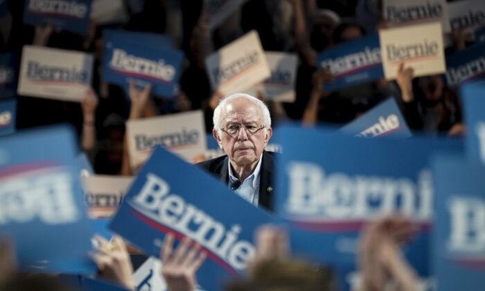 El candidato presidencial demócrata, el senador Bernie Sanders (I-Vt.), habla durante un mitin de campaña en la Universidad de Houston en Houston, Texas, el 23 de febrero de 2020. (Drew Angerer/Getty Images)