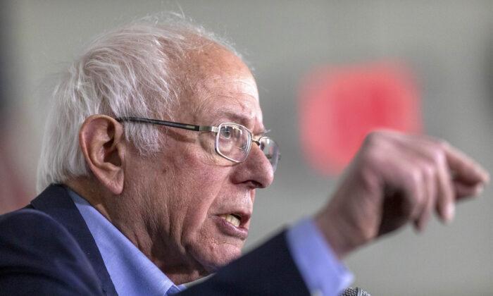 El candidato presidencial demócrata, el senador Bernie Sanders, habla durante una conferencia de prensa en Santa Ana, California, el 21 de febrero de 2020. (David McNew/Getty Images)