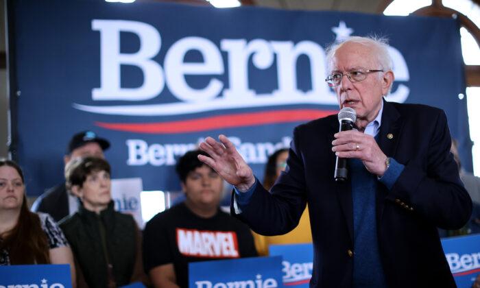 El candidato presidencial demócrata, el senador Bernie Sanders (I-Vt.), celebra un acto de campaña en La Poste en Perry, Iowa, el 26 de enero de 2020. (Chip Somodevilla/Getty Images)