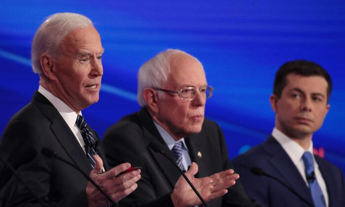 El exvicepresidente Joe Biden (izquierda) habla junto al senador Bernie Sanders (I-Vt.) y al exalcalde de South Bend, Pete Buttigieg, en el debate de las primarias presidenciales demócratas en Des Moines, Iowa, el 14 de enero de 2020. (Scott Olson/Getty Images)