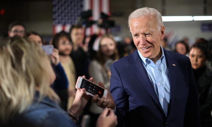 El candidato presidencial demócrata, el exvicepresidente Joe Biden, devuelve el teléfono de un simpatizante después de hablar con su pariente durante un evento de campaña en los terrenos de la Feria Central de Iowa en Marshalltown, Iowa, el 26 de enero de 2020. (Chip Somodevilla/Getty Images)
