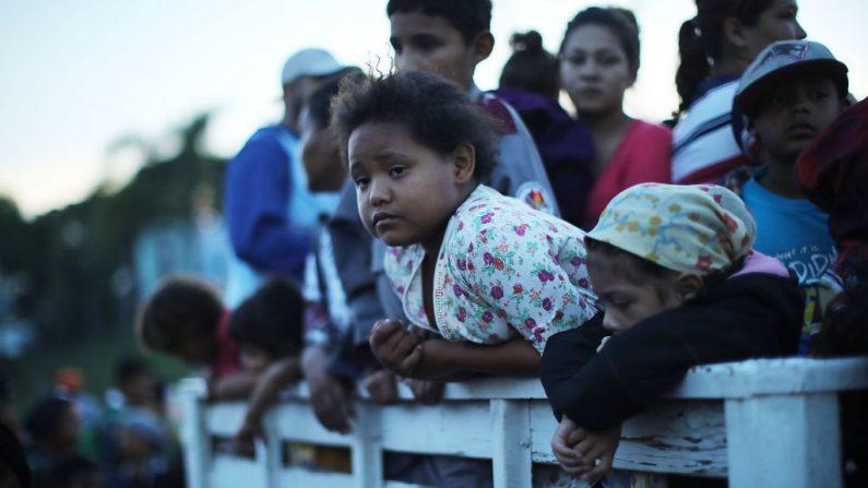 Foto de archivo de inmigrantes centroamericanos en una camioneta con redilas. (Spencer Platt/Getty Images)