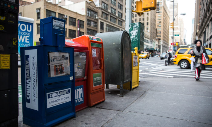 Dispensador de periódicos de China Daily, al lado de otros periódicos en Midtown Manhattan, el 6 de diciembre de 2017. (Benjamin Chasteen/The Epoch Times)