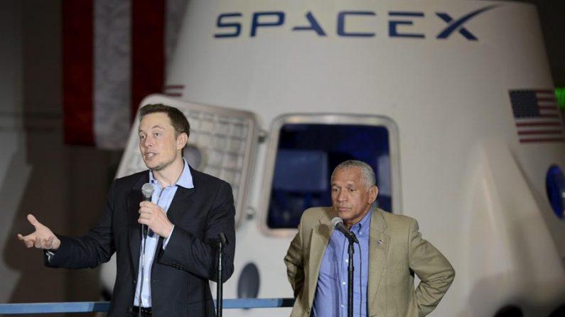 El magnate Elon Musk (izquierda) y el administrador de la NASA, Charles Bolden (derecha), hablan con los empleados de la sede de Space X con la cápsula espacial DragonRider detrás de ellos en Hawthorne, California, EE.UU. EPA/Michael Nelson/Archivo