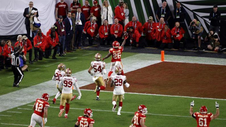 Damien Williams (arriba), corredor del Kansas City Chiefs, reacciona cuando lleva el balón a la zona de anotación para un touchdown durante la segunda mitad de la LIV Super Bowl de la Liga Nacional de Fútbol Americano entre los Kansas City Chiefs y los San Francisco 49ers en el Estadio Hard Rock de Miami Gardens, Florida, EE.UU., el 2 de febrero de 2020. (Estados Unidos) EFE/EPA/RHONA WISE
