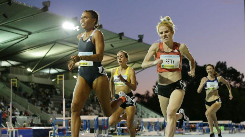 Morgan Mitchell y Angie Petty de NZL compiten en los 800 metros femeninos durante el Clásico de Pista del Aeropuerto Jandakot de 2020 en el Estadio de Atletismo WA el 01 de febrero de 2020 en Perth, Australia. (Will Russell/Getty Images)