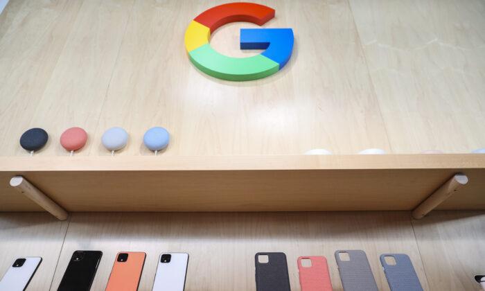 El nuevo smartphone Google Pixel 4 y sus fundas se exhiben durante un evento de lanzamiento de Google en la ciudad de Nueva York, EE.UU., el 15 de octubre de 2019. (Drew Angerer/Getty Images)