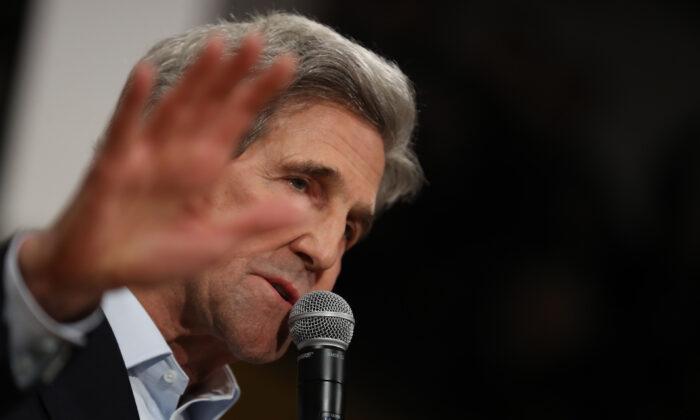 El ex Secretario de Estado John Kerry habla durante un evento de campaña del candidato presidencial demócrata, el ex vicepresidente Joe Biden, en Cedar Rapids, Iowa, el 1 de febrero de 2020. (Justin Sullivan/Getty Images)