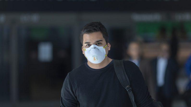 Un hombre con una mascarilla en el aeropuerto internacional de Los Ángeles, California, el 2 de febrero de 2020. (David McNew/Getty Images)