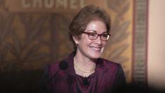 Testigo del impeachment Marie Yovanovitch firma un contrato por un libro