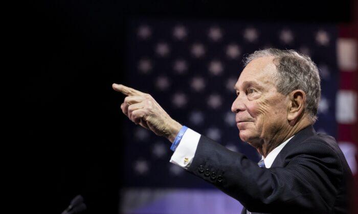 El candidato presidencial demócrata, el exalcalde de la ciudad de Nueva York Mike Bloomberg, pronuncia unas palabras durante un acto de campaña en Nashville, Tennessee, el 12 de febrero de 2020. (Brett Carlsen/Getty Images)
