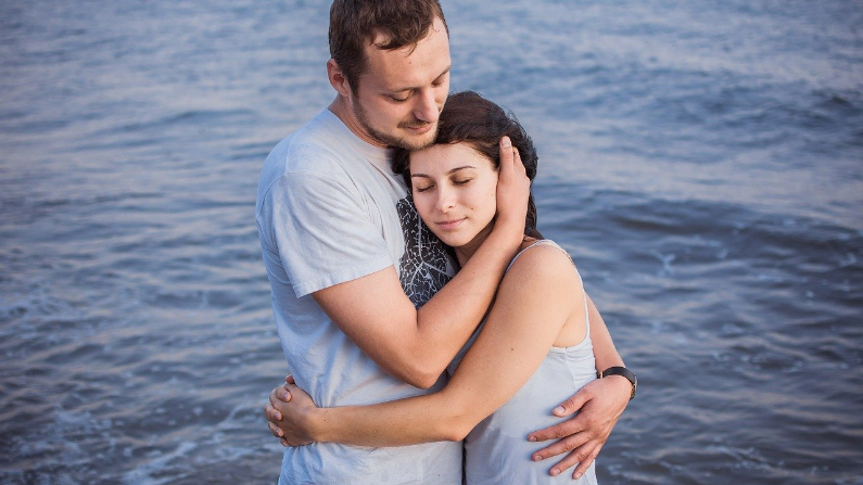 pareja-abrazo-mar