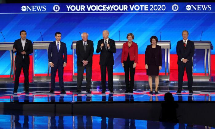 (De izquierda a derecha) Los candidatos presidenciales demócratas Andrew Yang, el exalcalde de South Bend Pete Buttigieg, el senador Bernie Sanders (I-Vt.), el exvicepresidente Joe Biden, la senadora Elizabeth Warren (D-Mass.), la senadora Amy Klobuchar (D-Minn.) y el empresario Tom Steyer se presentan al comienzo del debate de las primarias presidenciales demócratas en el Sullivan Arena del St. Anselm College en Manchester, New Hampshire, el 7 de febrero de 2020. Siete candidatos se clasificaron para el segundo debate de las primarias presidenciales demócratas de 2020, que se celebra pocos días antes de las primarias de New Hampshire el 11 de febrero. (Joe Raedle/Getty Images)