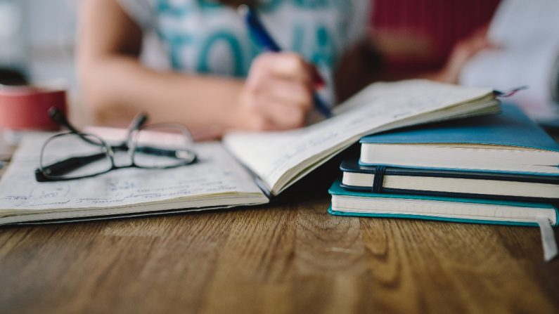 Alumna estudiando para los exámenes. (Pxfuel/CCO)