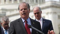 El senador Doug Jones votará para condenar al presidente Trump por los artículos de impeachment