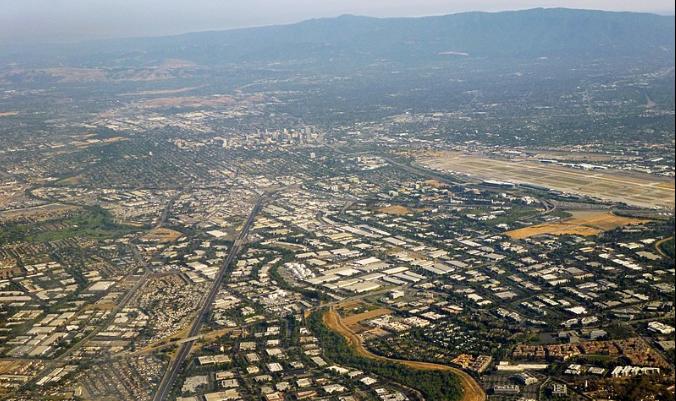 Silicon Valley, específicamente la zona norte de la Calle Primera de San José, mirando hacia el sur por la Interestatal 880 hacia el centro de San José. Fotografiado por el usuario Coolcaesar el 1 de junio de 2014. (Wikimedia Commons bajo licencia CC BY-SA 3.0)