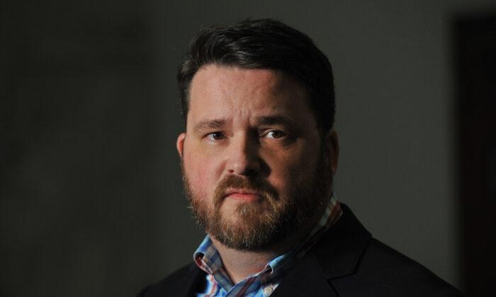 Troy Price, presidente del Partido Demócrata de Iowa, se dirige a los medios de comunicación sobre las consecuencias de las asambleas electorales de Iowa en Des Moines, Iowa, el 7 de febrero de 2020. (Steve Pope/Getty Images)