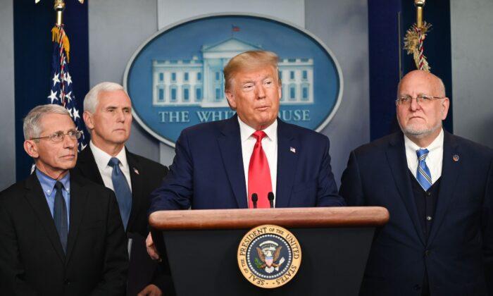El presidente Donald Trump habla durante una conferencia de prensa sobre el brote de coronavirus COVID-19 en la Casa Blanca el 29 de febrero de 2020. (Roberto Schmidt/AFP vía Getty Images)