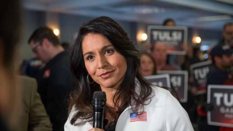 La candidata presidencial demócrata y representante Tulsi Gabbard (D-Hawaii) responde a las preguntas de los medios de comunicación después de un evento de campaña en Portsmouth, New Hampshire, el 9 de febrero de 2020. (Scott Eisen/Getty Images)