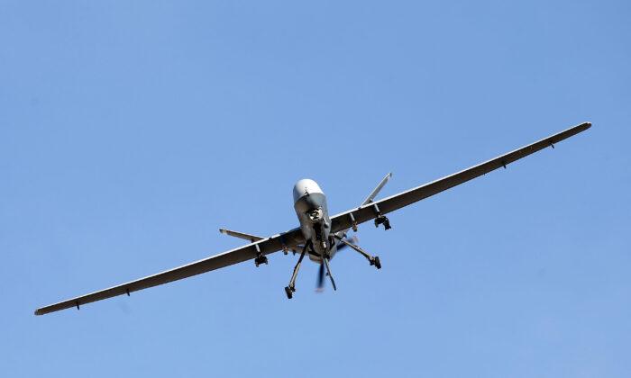 Un avión MQ-9 Reaper pilotado remotamente vuela en una misión de entrenamiento en Nevada. (Isaac Brekken/Getty Images)