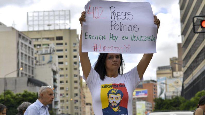 Un manifestante sostiene una pancarta durante una protesta promovida por familiares y padres para exigir la libertad de los presos políticos en Caracas, Venezuela, el 15 de noviembre de 2018. (YURI CORTEZ/AFP a través de Getty Images)