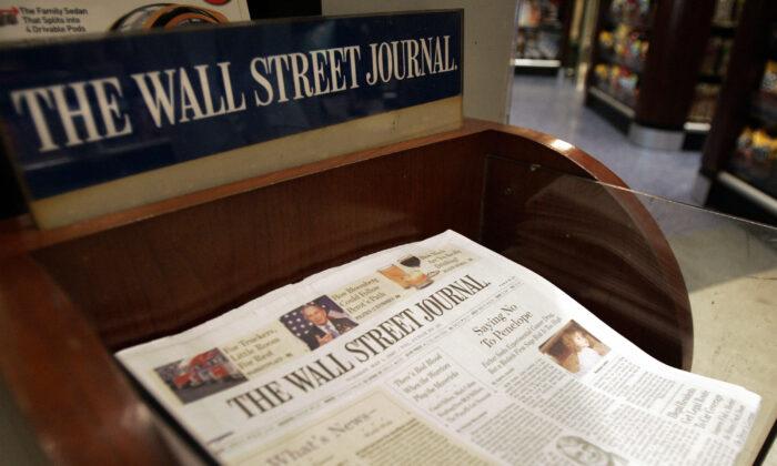 El Wall Street Journal a la venta en el Hudson News en la Terminal Grand Central de Nueva York, el 1 de mayo de 2007. (Stan Honda/AFP vía Getty Images)