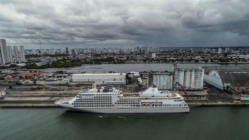 Fotografía fechada el 13 de marzo de 2020 tomada con un dron de un crucero de bandera bahameña aislado luego de que uno de los pasajeros presentó síntomas del virus del PCCh en Recife (Brasil). EFE/ Peu Ricardo/Archivo