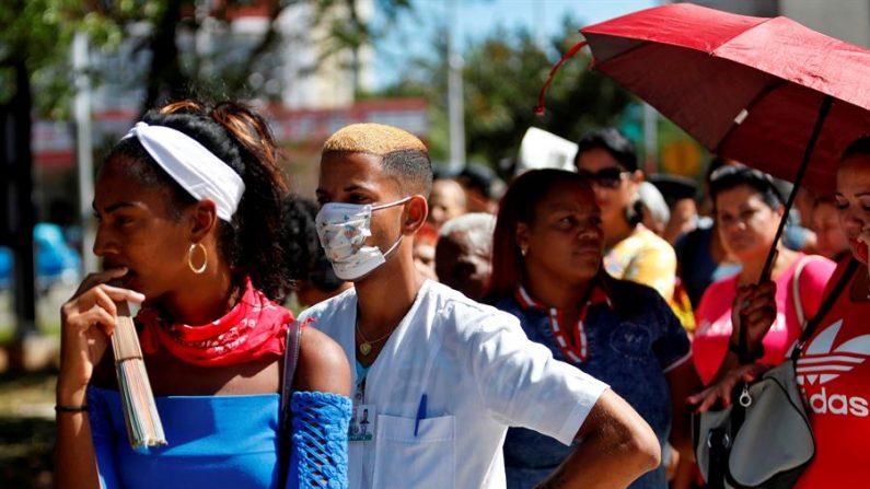 Cubanos son vistos usando tapabocas como una medida contra el virus del PCCh (Partido Comunista Chino), comúnmente conocido como nuevo coronavirus, el pasado 13 de marzo, en La Habana (Cuba). EFE/ Yander Zamora ARCHIVO
