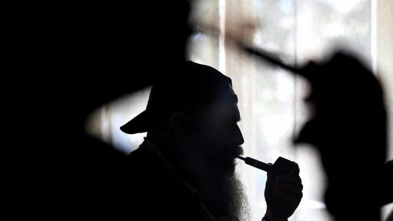 Los científicos encontraron que las concentraciones de nicotina y de compuestos orgánicos volátiles relacionados con el tabaco subieron cuando el público ingresó a una sala de cine, bien ventilada, exponiéndolos al equivalente del humo de segunda mano de uno a diez cigarrillos.EFE/DAREK DELMANOWICZ/Archivo