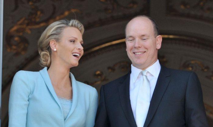 La princesa Charlene de Mónaco y el príncipe Alberto II de Mónaco posan en el balcón después de una ceremonia civil. (Pascal Le Segretain/Getty Images)