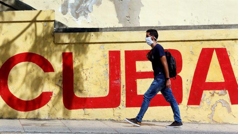 Un hombre con mascarilla caminan este lunes en una calle de La Habana. EFE/Ernesto Mastrascusa