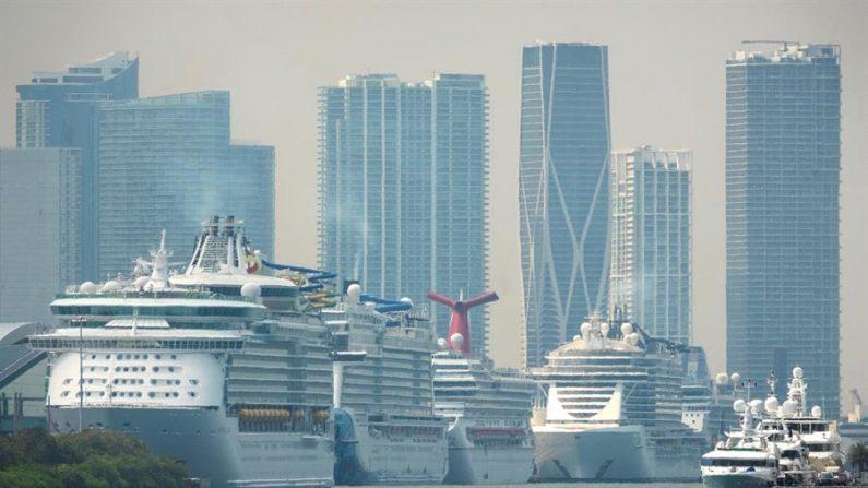 Varios cruceros están atracados en la terminal de cruceros de Miami, Florida, EE.UU., el 26 de marzo de 2020. EFE/EPA/CRISTOBAL HERRERA