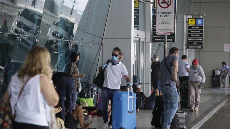 Vista de viajeros en el aeropuerto internacional de Tocumén, el 29 de marzo de 2020 en Ciudad de Panamá (Panamá). EFE/Carlos Lemos