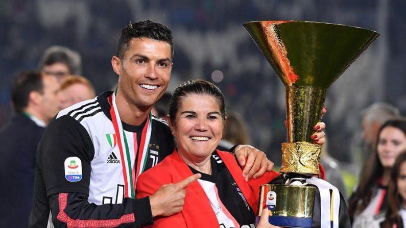 El futbolista portugués del Juventus Cristiano Ronaldo junto a su madre Maria Dolores dos Santos Aveiro, tras ganar el título de la Serie A italiana. EFE/ Alessandro Di Marco/Archivo