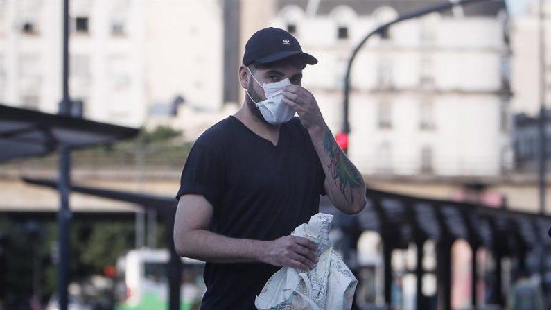 Un hombre se acomoda el tapabocas, este viernes, en la ciudad de Buenos Aires (Argentina). EFE/Juan Ignacio Roncoroni