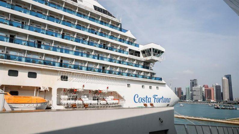 El ministerio de Sanidad de Singapur examina a más de 2.000 pasajeros a bordo del crucero italiano Costa Fortuna que arribó este martes a la ciudad-Estado. EFE/EPA/WALLACE WOON