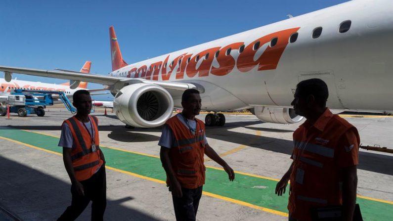 Un avión de la aerolinea Conviasa permanece en las instalaciones del aeropuerto Internacional de Maiquetía, La Guaira (Venezuela). EFE/RAYNER PEÑA R./Archivo