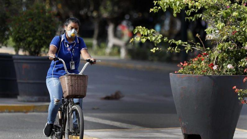 Una joven monta bicicleta por una avenida sin vehículos este martes, en Lima (Perú). EFE/ Paolo Aguilar/Archivo