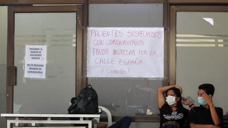 Ciudadanos son vistos frente al Hospital San Juan de Dios en Santa Cruz (Bolivia), este lunes que empezó a regir el horario continuado en el país como una medida de prevención adoptada por el gobierno para contener el brote de coronavirus. EFE/Juan Carlos Torrejon