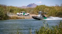 Patrulla Fronteriza rescata a inmigrantes ilegales que arriesgan su vida cruzando la frontera de EE.UU.