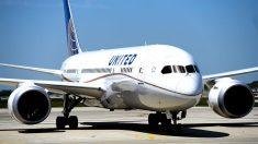 Desalojan varias personas de un vuelo de United Airlines por quejarse de pasajero con tos
