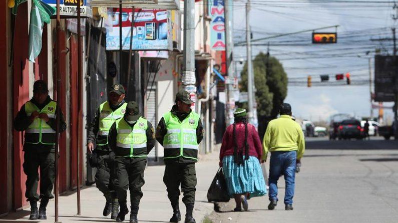 Integrantes de la Policía de Bolivia patrullan el 23 de marzo de 2020 durante la cuarentena parte de las restricciones para evitar la propagación del virus del PCCh en la ciudad de El Alto (Bolivia). EFE/Martín Alipaz