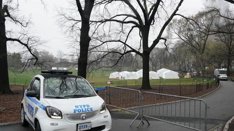 Un vehículo de la policía de Nueva York se considera la organización internacional de socorro cristiana Samaritan's Purse y el Hospital de Campo de Emergencia en Central Park, frente al Hospital Mount Sinai en la ciudad de Nueva York, Nueva York, EE.UU., 29 de marzo de 2020. EFE/EPA/Bryan R. Smith