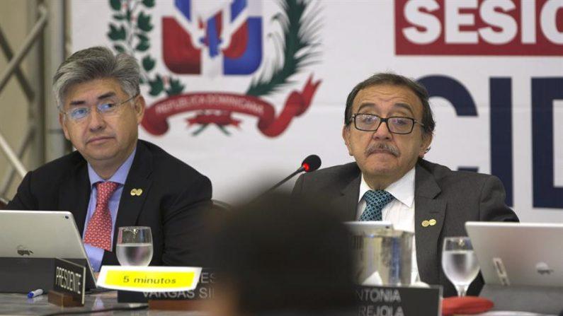 Joel Hernández (i) y Luis Ernesto Vargas escuchan a representantes del Estado en la audiencia de la Comisión Interamericana de Derechos Humanos (CIDH). EFE/Orlando Barría/Archivo